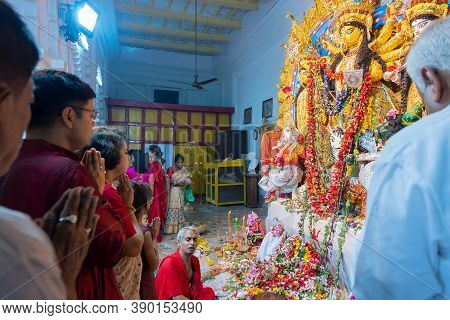 Kolkata, West Bengal, India - 6th October 2019 : Pushpanjali Being Offered By Bengali Devotees To Go