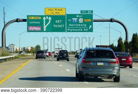 Plymouth Meeting, Pennsylvania, U.s.a - October 17, 2020 - The View Of The Traffic On Interstate 476