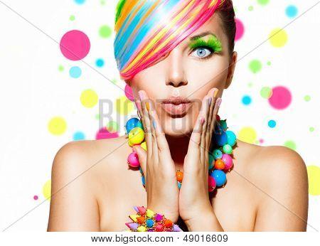 Mädchen Portrait Schönheit mit bunten Make-up, Haare, Nagellack und Zubehör. Bunte Studioaufnahme