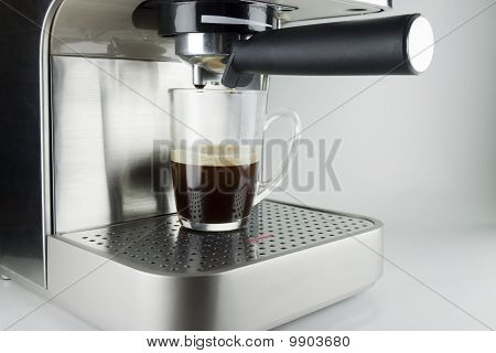 Coffee machine with glass cup