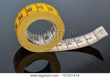 yellow tape measure, symbolfoto for diet control and precision