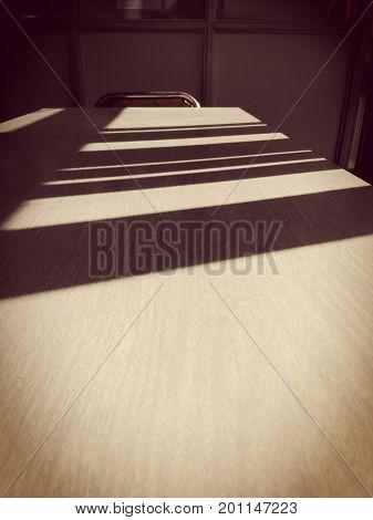mesa de trabajo vacía con silla al fondo