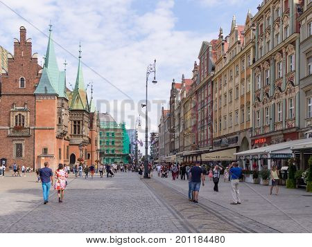WROCLAW POLAND - AUGUST 14 2017: Tourists At Rynek Market Square In Wroclaw With Townhall In The Background