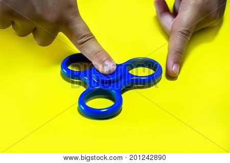 Powerful Spinner, Twister For Hands Entertainment Rotating Toy