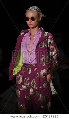 NEW YORK - 12 SEPTEMBER: Mercedes-Benz Fashion Week presenterar Diane Von Furstenberg samlingar på Li