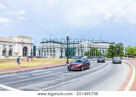 Washington Dc, Usa - July 1, 2017: Union Station On Columbus Circle With Car Traffic On Road