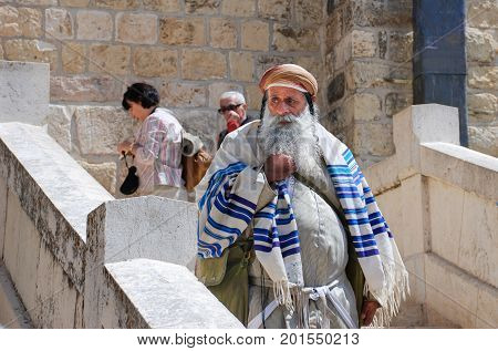 HEBRON ISRAEL - APRIL 12 2009: Undefined Orthodox jewish man next toTomb of the Patriarchs (Ma'arat HaMachpelah) in Hebron