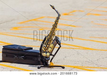 an alto sax on stand waiting for its solo time
