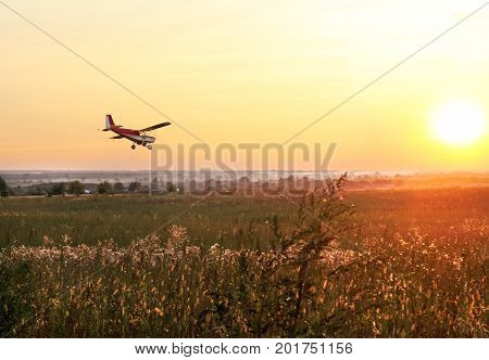 Low Flying Airplane Image & Photo (Free Trial) | Bigstock