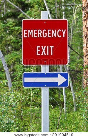 A Emergency Exit Sign With An Arrow Indicating The Direction