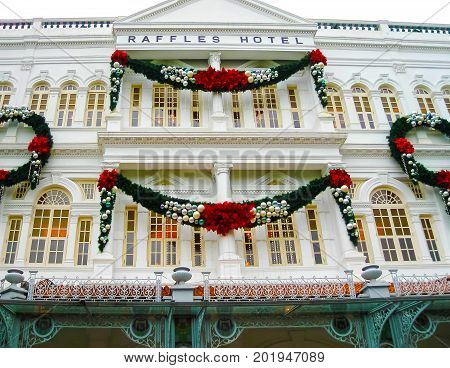Singapure - December 24, 2008: The Christmas decorations on the facade of Raffles Hotel in Singapore on December 24, 2008. Opened in 1899, it was named after Singapore's founder Sir Stamford Raffles.