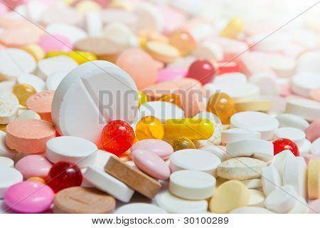 Menge Pillen mit großen unter ihnen