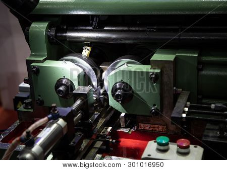 Thread Rolling Machine For Serration Type Working Pieces