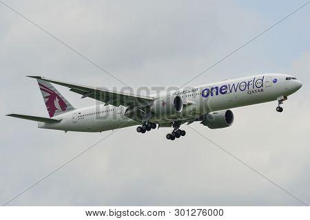 Bangkok, Thailand - Sep 17, 2018. A7-baa Qatar Airways Boeing 777-300er (oneworld Livery) Landing At
