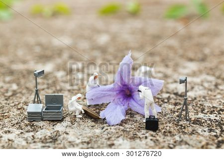 Miniature People : Police And Detective Finding Proof From Flower In Crime Scene