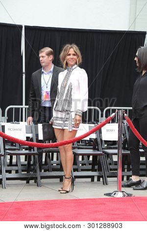 LOS ANGELES - MAY 14:  Halle Berry at the Keanu Reeves Hand and Foot Print Ceremony at the TCL Chinese Theater IMAX on May 14, 2019 in Los Angeles, CA
