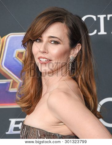 LOS ANGELES - APR 22:  Linda Cardellini arrives for the