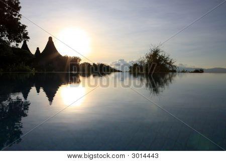 Sonnenaufgang am Pool aus Lake Manyara Serena Lodge Tansania
