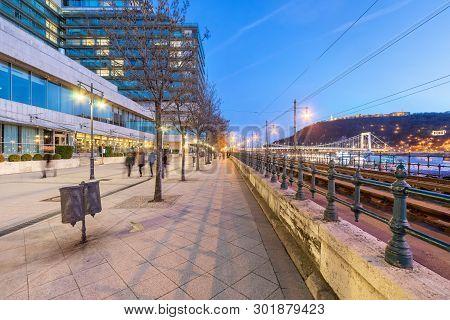 He Pedestrianised Waterside Walkway Between Chain Bridge And Elizabeth Bridge Is Called Danube Prome