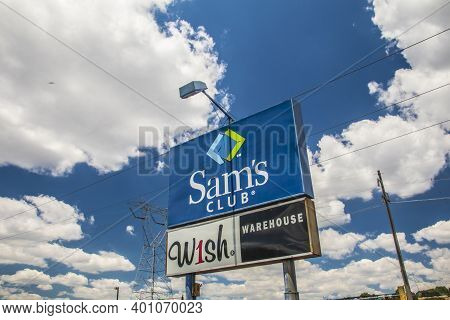 Gwinnett, County Usa - 05 31 20: Sign With Sams Club Wish Warehouse