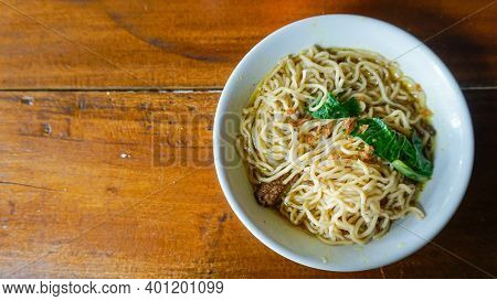 Foods That Are Often Found In Indonesia Are Made Of Noodles, Chicken And Vegetables And Added With T