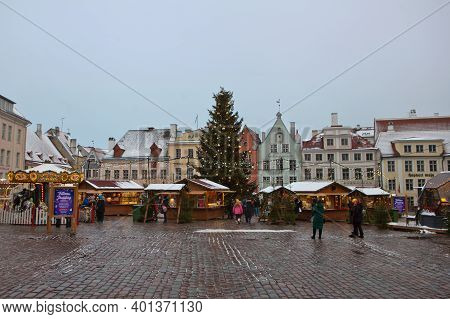 Tallinn, Estonia - Detsember 23 2020. Old Town Square View With Town Hall And Decorated Fir Tree Sho