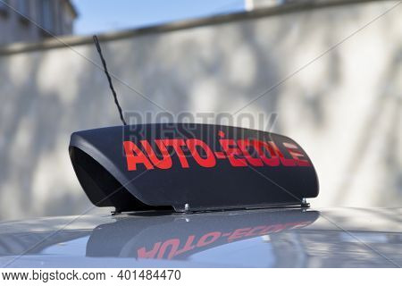 Car Roof Sign With Written In It In French Auto-École, Meaning In English Driving School.