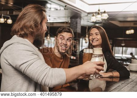 Handsome Young Man Smiling Happily, Enjoying Resting At The Bar With His Friends. Group Of Friends H
