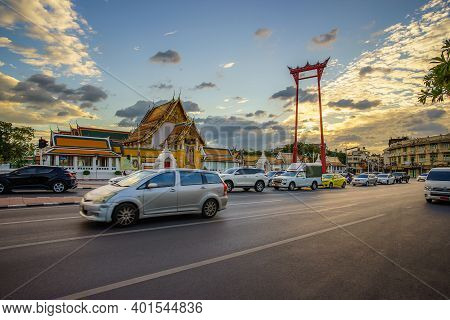 Bangkok, Thailand, December 1, 2020: The Giant Swing (sao Ching Cha) With Movement Car And Traffic J