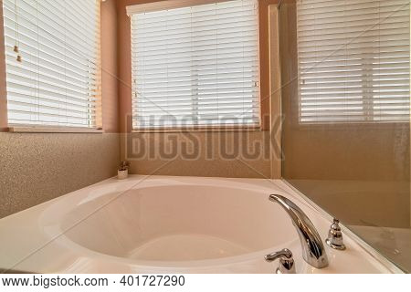 Clean Polished Built In Round Bathtub With Stainless Steel Faucet Fixture