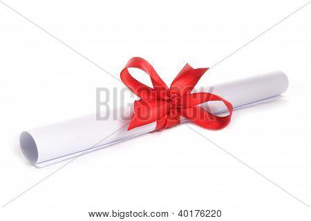 weißes Papier mit roter Schleife
