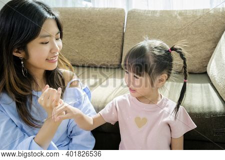 The Sisters Will Reconcile. Using Their Fingers Together, They Are In The House And Have Activities