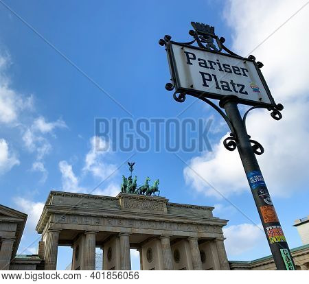 Berlin, Germany, 10 November 2019: Close Up View Of Parizer Platz Sign With The Brandenburger Tor In