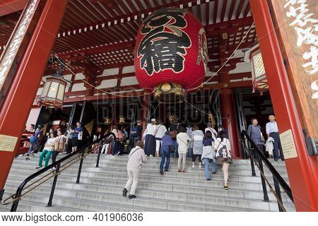 Tokyo,japan - May 28 : Unidentified Tourists In The Senso-ji Temple On May 28,2014 In Tokyo,japan.th