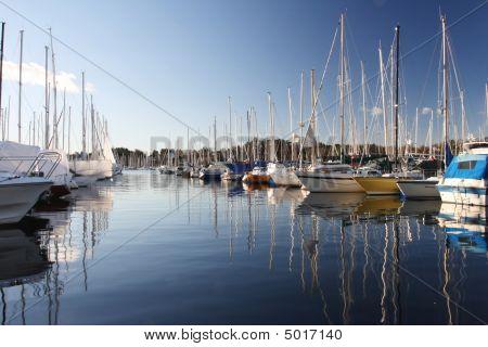Boote in einem Jachthafen