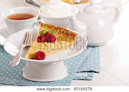 Apple tart with applesauce