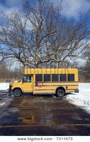 kleine Schulbus auf dem Parkplatz