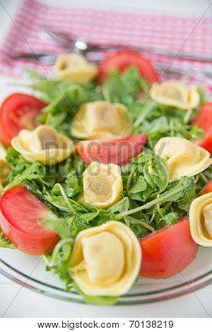 Salad with arugula, tomatos and tortellini