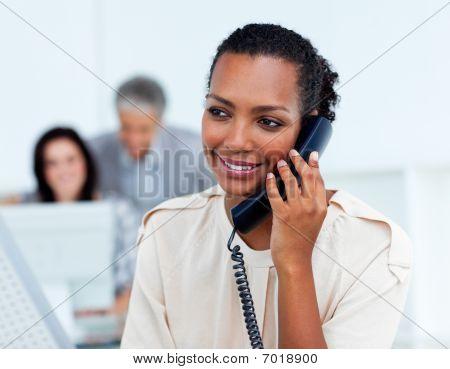 Bella imprenditrice sul telefono