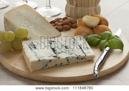 Italian cheese platter with smoked mozzarella, gorgonzola picante and toma piemontese