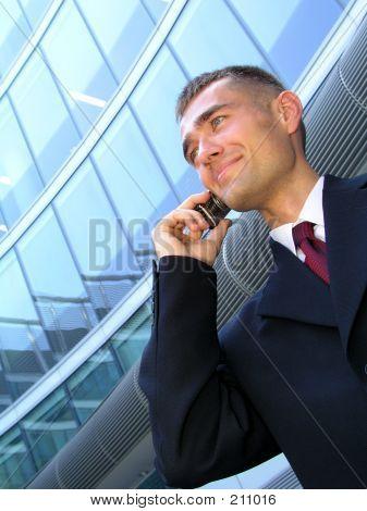 Kaufmann mit einem Mobiltelefon