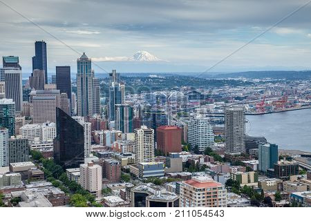 Seattle skyline with Mount Rainier in the background on an overcast day
