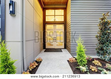 Entry Porch Of Contemporary Style Home In Bellevue