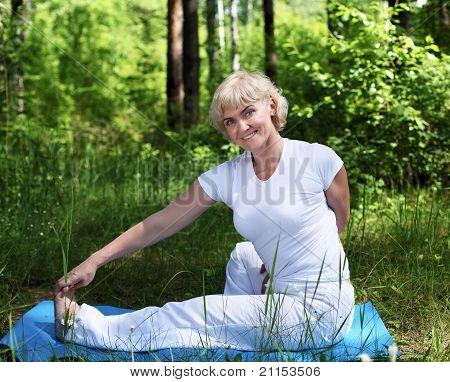 eine ältere Frau Praktiken yoga