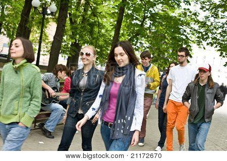 Gruppe von Personen auf Stadt im Park. Musik.