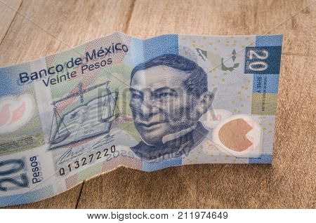 A 20 mexican pesos bill seems to be happy perhaps because of its weakness against the dollar.