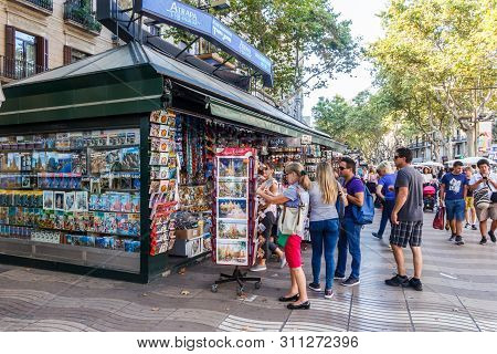 Barcelona, Spain-september 5th 2015: People Shopping At A Souvenir Kiosk On The  Rambla De Canaletes
