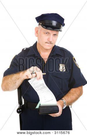 Policía con citación en blanco