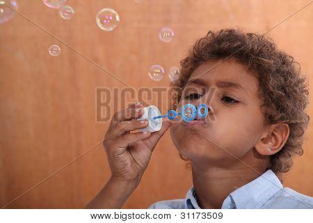 Pequenas bolhas de sopro de menino