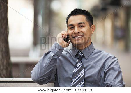 Hispanische Kaufmann - im Chat auf Handy